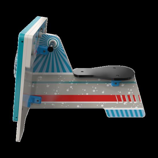 Een ruimte scooter met een wandspel erop   IKC speelsystemen