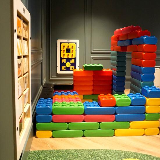 Bouwblokken voor kinderen bouwen in een kinderhoek