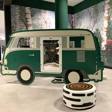 Een speelhuis in de vorm van een bus met meerdere speelelementen